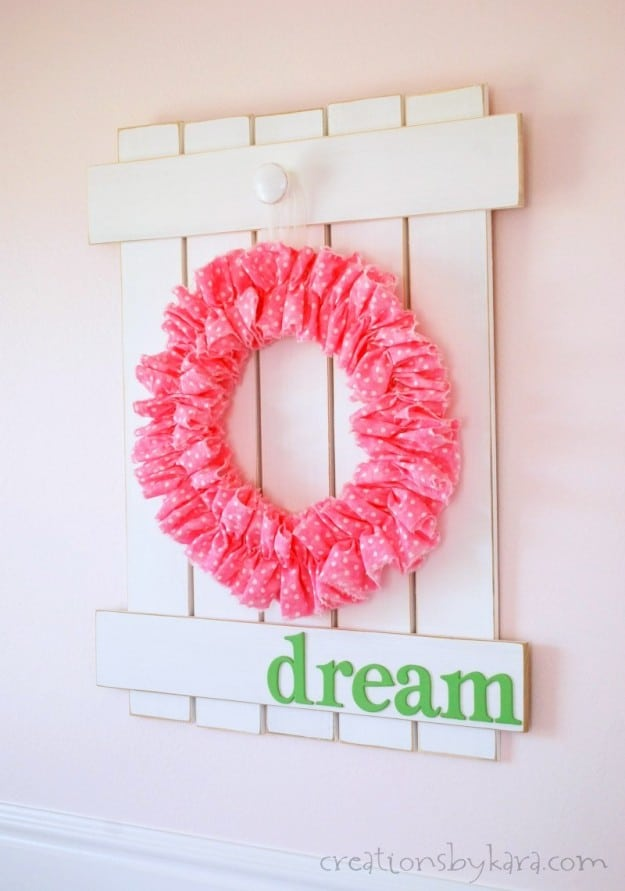 This farmhouse picket fence sign is easy to make, and will look gorgeous on any wall!