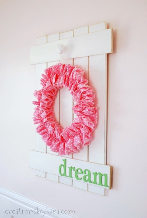 Farmhouse Picket Fence Sign with Wreath- an easy home decor project!