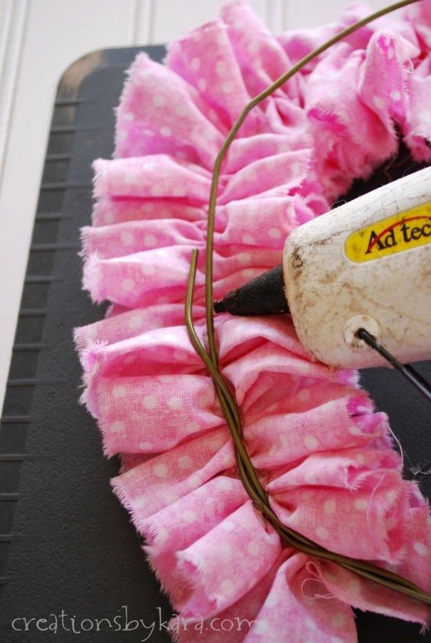 How to make a quick ruffle wreath. So pretty!