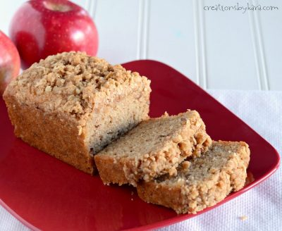 Recipe for applesauce bread with a yummy cinnamon crumb topping. A perfect fall quick bread recipe!