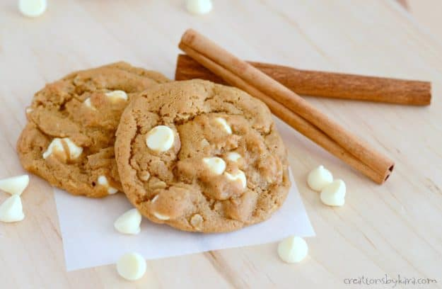 White Chocolate Molasses Cookies - these spicy and soft cookies are perfect for the holidays!
