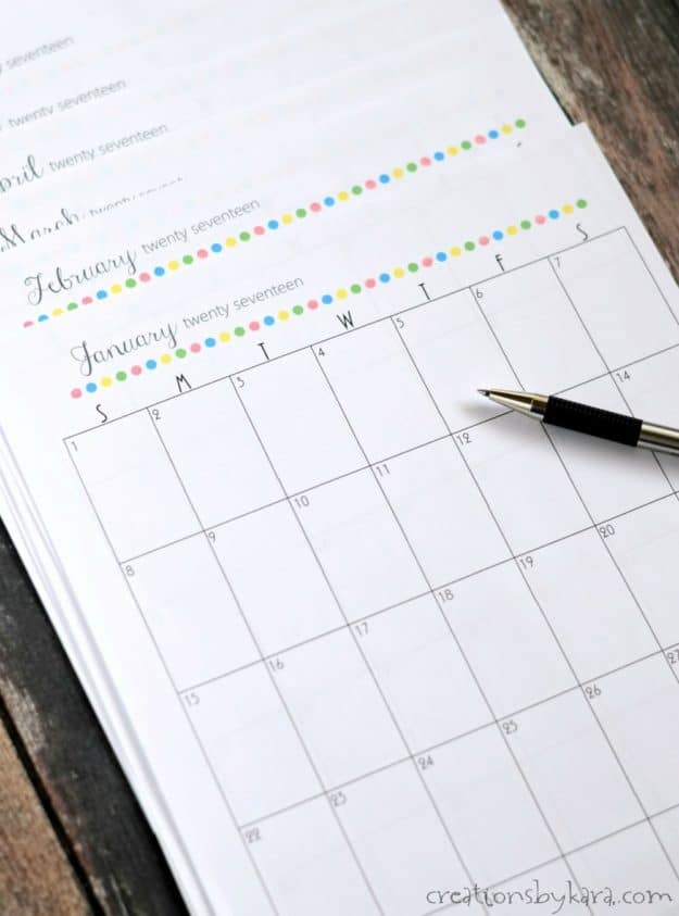 Free printable 2017 calendar. Perfect for using in a 3 ring binder. Great for getting organized!