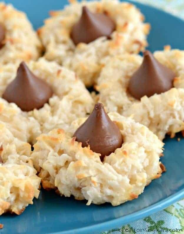 close up of macaroon kiss cookies