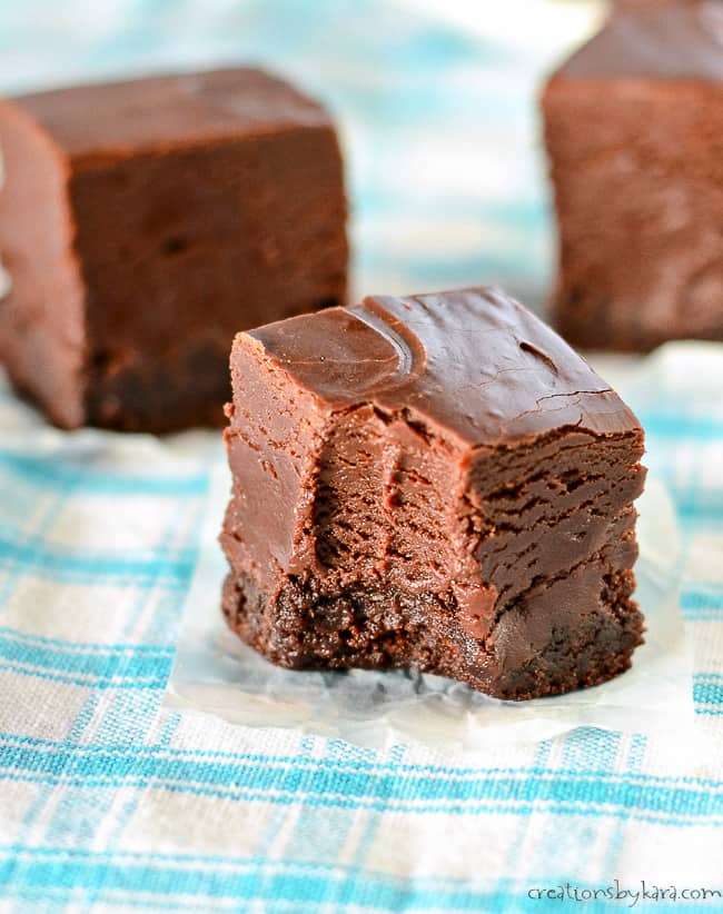 Nutella Fudge Brownies – chocolate brownies with a layer of silky smooth chocolate hazelnut fudge. A decadent treat for Nutella lovers! #nutellafudge #nutellabrownies #nutellafudgebrownies