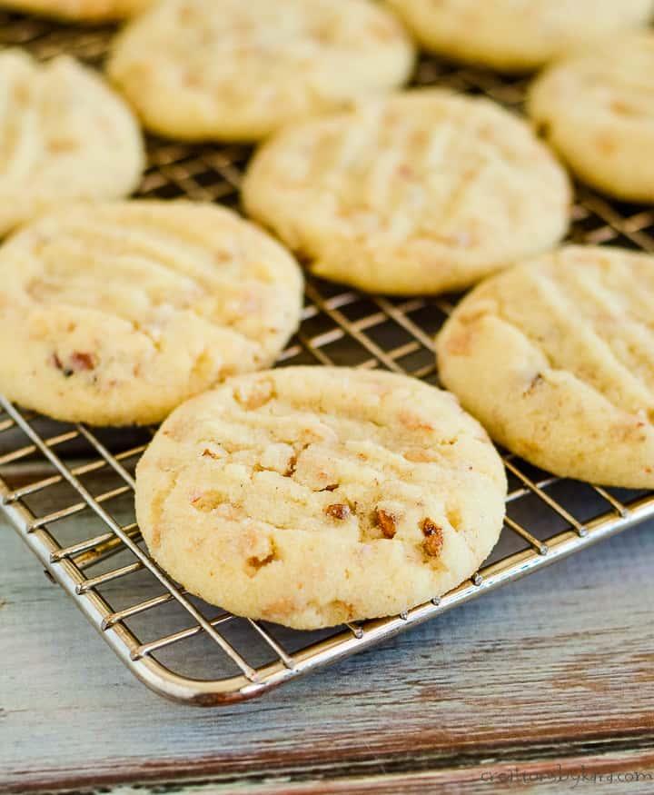 sandies cookies on a wire rack